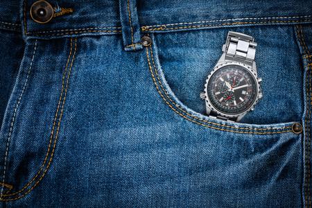 cronografo: reloj cronógrafo en el bolsillo de los vaqueros, Tiempo en el bolsillo de los vaqueros