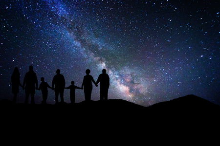 Entire family who admires the milky way Banque d'images