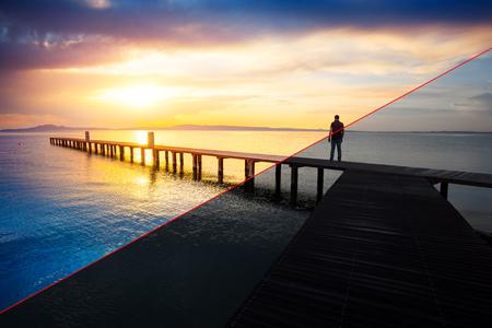 Vorher und nachher Beispiel des Fotobearbeitungsprozesses, Farbkorrektur, Helligkeit und Sättigung des Mannschattenbildes, das auf hölzernem Pier bei Sonnenuntergang steht