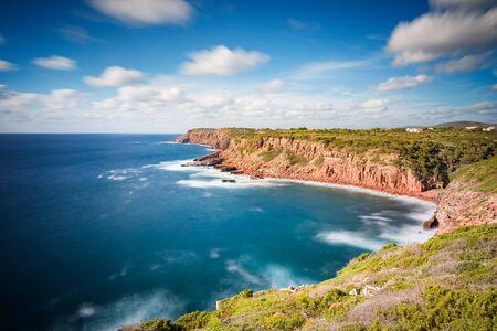Sardegna, Carloforte, recifes - Penhascos espectáculos em um dia ensolarado com longa exposição para moove o mar e as nuvens.