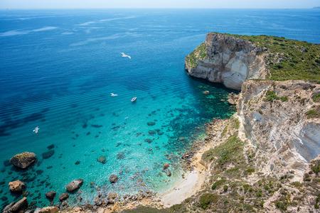 Luchtfoto van de kust met heldere turquoise zee - Cagliari, Sardinië, Sella del Diavolo.