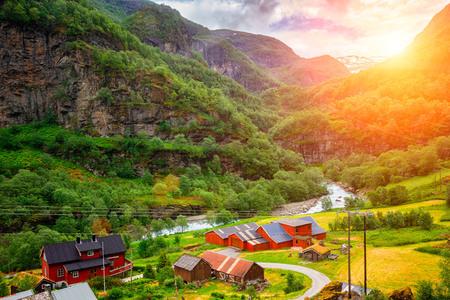 Sehr kleines Dorf am Ufer eines Flusses in Norwegen bei Sonnenuntergang
