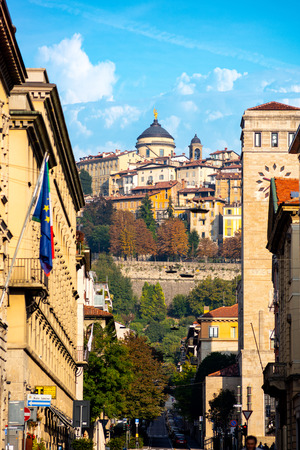 Bergamo, Italy 07102018 - Perspective view of Bergamo old city from Bortolo Belotti Avenue with Cathedral in background. 新聞圖片