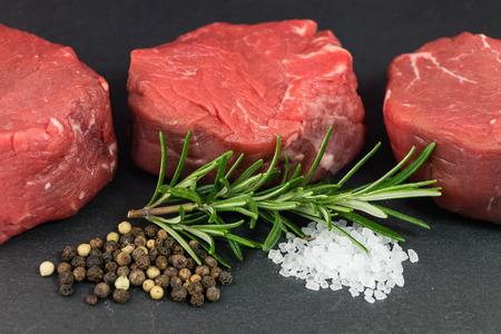 Carne de vaca fina con sal marina y granos de pimienta
