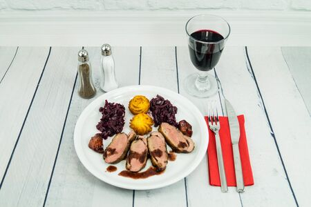 Fried duck breast with red cabbage and croquettes Banque d'images