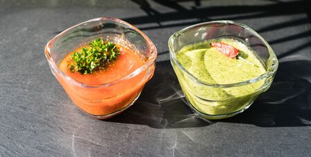 Red and green garlic sauce for canarian potatoes 版權商用圖片