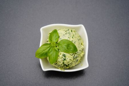 Fresh Selfmade herb butter with Garlic Banque d'images - 150519091