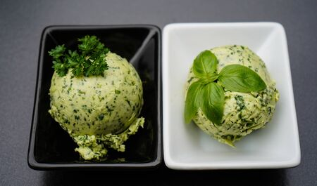 Fresh Selfmade herb butter with Garlic Banque d'images - 150519104