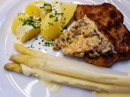 breaded turkey breast steak with asparagus Banque d'images