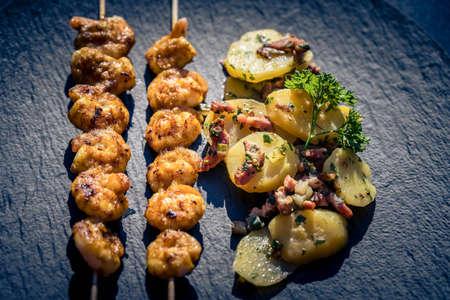 grilled White Tiger Prawns with Bacon Potato Salad Stockfoto
