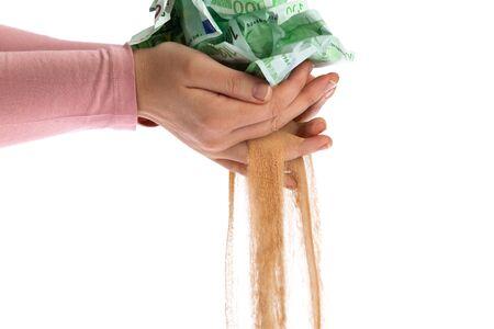 encogimiento: Euro billetes se desintegran en la arena