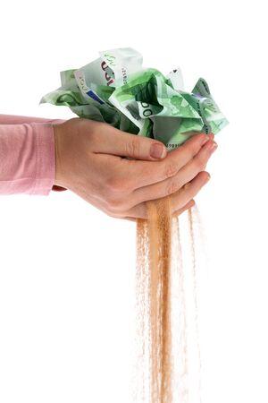 encogimiento: Los billetes se desintegran en la arena
