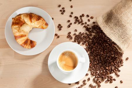jute sack: Caff� e cornetto con chicchi di caff� dal sacco di iuta