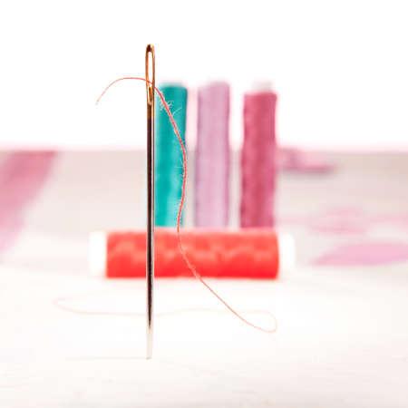 hilo rojo: De pie aguja de coser con hilo rojo