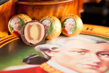 amadeus mozart: AUSTRIA - 10 de marzo 2015: Echte Salzburger Mozartkugen por Mirabell. Dulces t�picas de Austria, el nombre del compositor Wolfgang Amadeus Mozart.