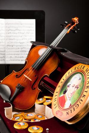 amadeus mozart: AUSTRIA - 10 de marzo 2015: Echte Salzburger Mozartkugen y Salzburger Mozarttaler por Mirabell. Dulces t�picas de Austria, el nombre del compositor Wolfgang Amadeus Mozart. Editorial