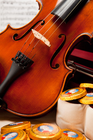 amadeus mozart: AUSTRIA - 10 de marzo 2015: Salzburger Mozarttaler por Mirabell. Dulces t�picas de Austria, el nombre del compositor Wolfgang Amadeus Mozart.