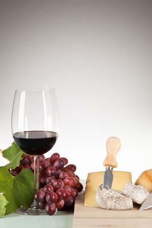 tabla de quesos: Wine and grapes with cheese plate and baguette