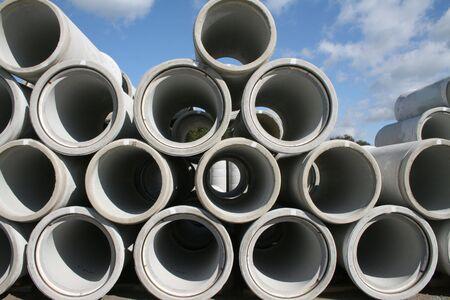 tuberias de agua: Tuber�as de agua de hormig�n apilados en filas Foto de archivo