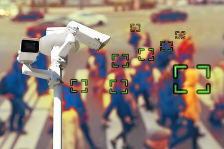 Vidéosurveillance et technologie. Caméra de vidéosurveillance sur fond de personnes marchant sur un passage pour piétons. Se brouiller