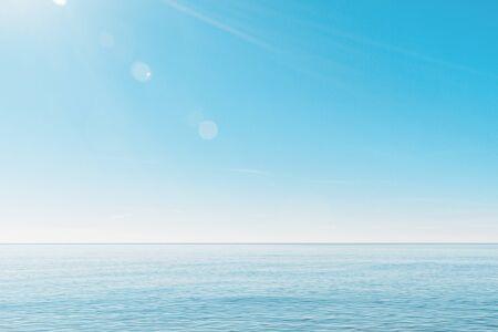 ruhige, minimalistische Meereslandschaft.