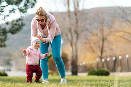 Children's day concept. A mother and her toddler play together in the park. Outdoor recreation. 版權商用圖片 - 167117286