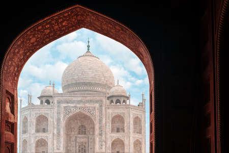 View of the Taj Mahal Palace through the arch. 版權商用圖片 - 167196405