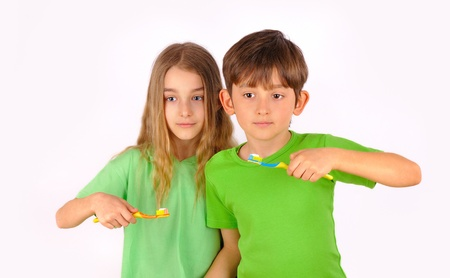 Kinder, Junge und Mädchen putzen ihre Zähne mit Zahnbürste, isoliert auf weißem Hintergrund