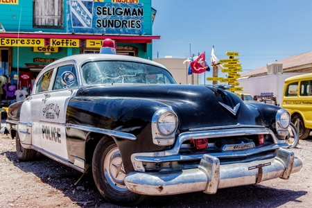 Old Police Car in front of a Route 66 souvenir shop in Seligman, Arizona, USA Stok Fotoğraf - 58005425