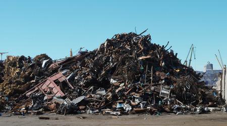 Oud ijzer op cheu in haven met hemelsblauwe lucht en kranen - industrie / vracht / afval / recycling / Constanta port