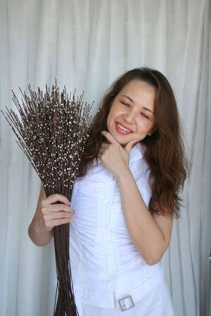 flores secas: Mujer celebraci�n con flores secas se enfrentan a considerar expresi�n