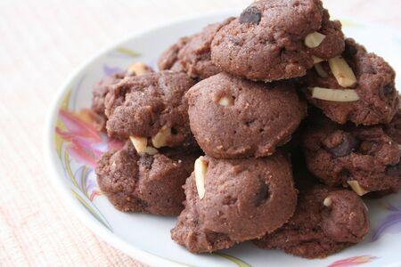 obesidad infantil: Galletas de chocolate en un plato