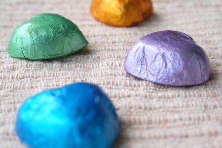 obesidad infantil: chocolates con envolturas de color
