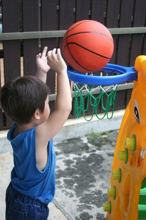 basket ball: ni�o jugando baloncesto, el tiro.