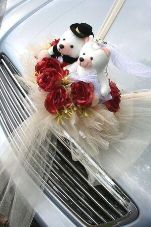 bodas de plata: Bodas de plata con el coche nupcial y llevar ramo de rosas  Foto de archivo