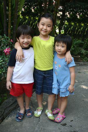 trois enfants: Trois enfants ayant un grand temps dans le jardin