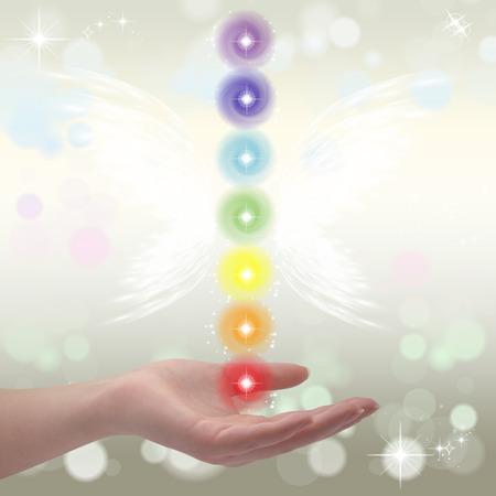 universal love: Healing Hands y siete chakras en un fondo en colores pastel brillante color