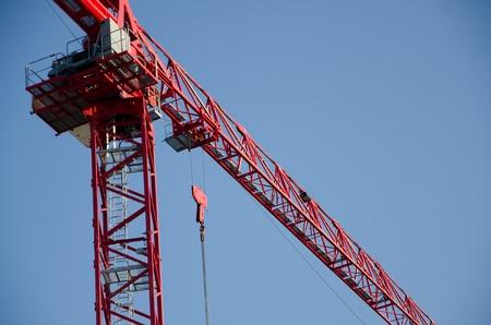 grue  tour: Red grue � tour construction contre le ciel bleu