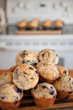 magdalenas: Hornear panecillos de ar�ndanos en una cocina de casa para una venta de pasteles de caridad