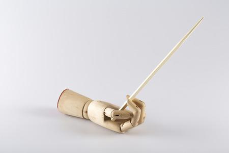木製手を杖で上向きになって白い背景の上の中華料理