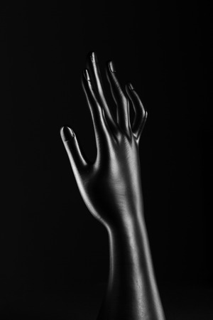 expositor: anillos de resina negro de puertas mano Expositor Foto de archivo