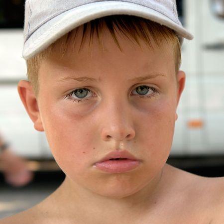 ojos tristes: Un ni�o peque�o. Triste ojos. Cara triste