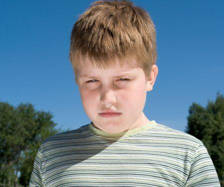 ojos tristes: cara triste de los peque�os ojos tristes del muchacho