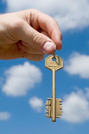 traslados: mano transfiere la clave con el cielo a fondo