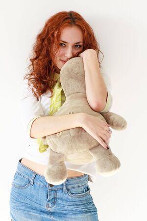 red haired girl: Giovane ragazza dai capelli rossi con un giocattolo. Archivio Fotografico