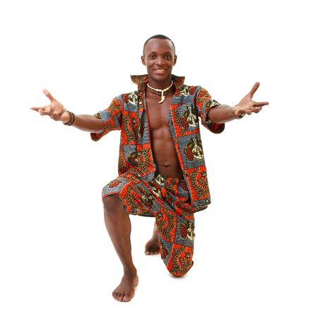 danza africana: Interessanti ballerina in piedi su uno sfondo bianco