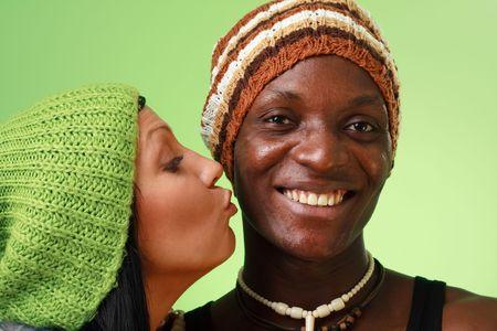 Beso mujer blanca hombre negro sobre un fondo verde Foto de archivo - 5284538