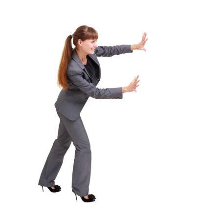 pushing: Zaken vrouw aandringen iets, geïsoleerd op een witte achtergrond met copyspace