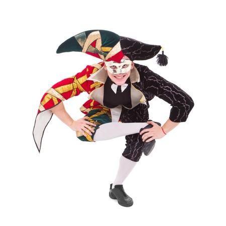 giullare: Arlecchino sorridente che posano su sfondo bianco isolato