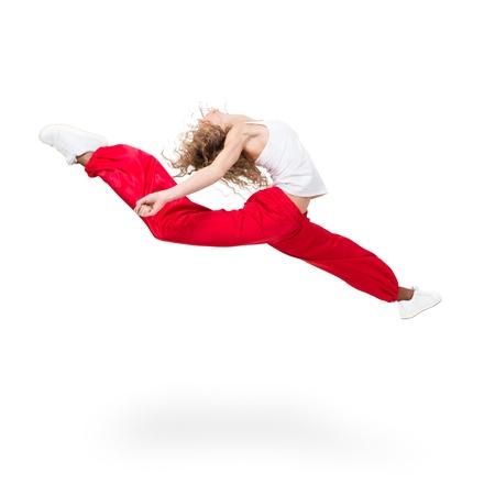 Moderne Teenager-Mädchen Tänzerin springt gegen isoliert auf einem weißen Hintergrund